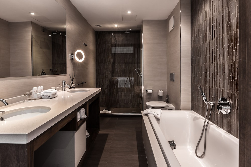 https://i.travelapi.com/hotels/1000000/70000/63600/63558/bb492cdd_z.jpg