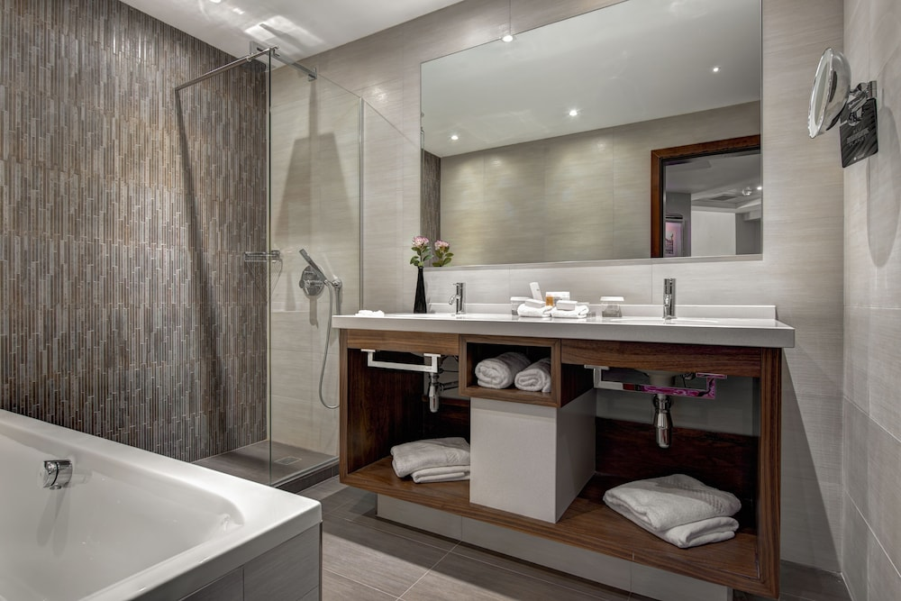 https://i.travelapi.com/hotels/1000000/70000/63600/63558/c3ef1ecc_z.jpg