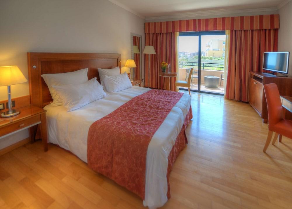https://i.travelapi.com/hotels/1000000/70000/63600/63558/f2a36a8f_z.jpg