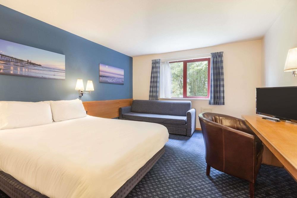 데이즈 인 마고(Days Inn Magor) Hotel Image 5 - Guestroom