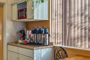 Howard Johnson Hotel & Suites by Wyndham Vancouver - Breakfast Area  - #0