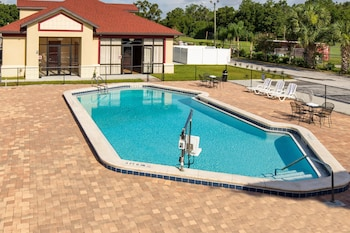 Pool at Maingate Florida Hotel in Kissimmee