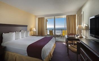 Guestroom at Best Western Ocean Sands Beach Resort in North Myrtle Beach
