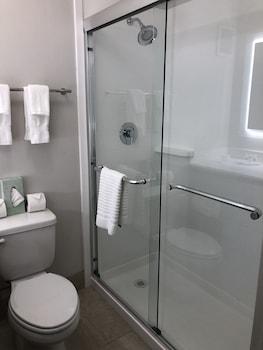 West Wind Inn & Suites - Bathroom  - #0