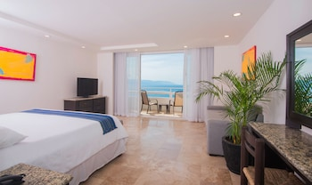 Deluxe Suite, 1 King Bed with Sofa bed, Balcony, Oceanfront