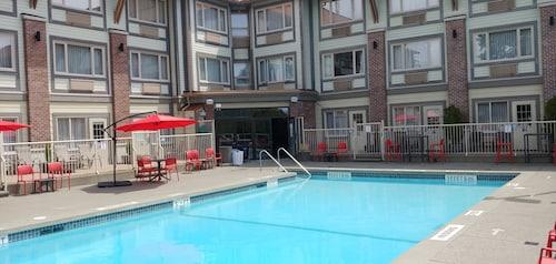 . Howard Johnson Hotel & Suites by Wyndham Victoria Elk Lake