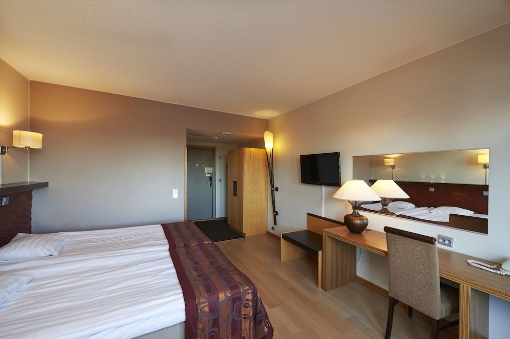 https://i.travelapi.com/hotels/1000000/80000/70500/70499/3b2ae791_z.jpg