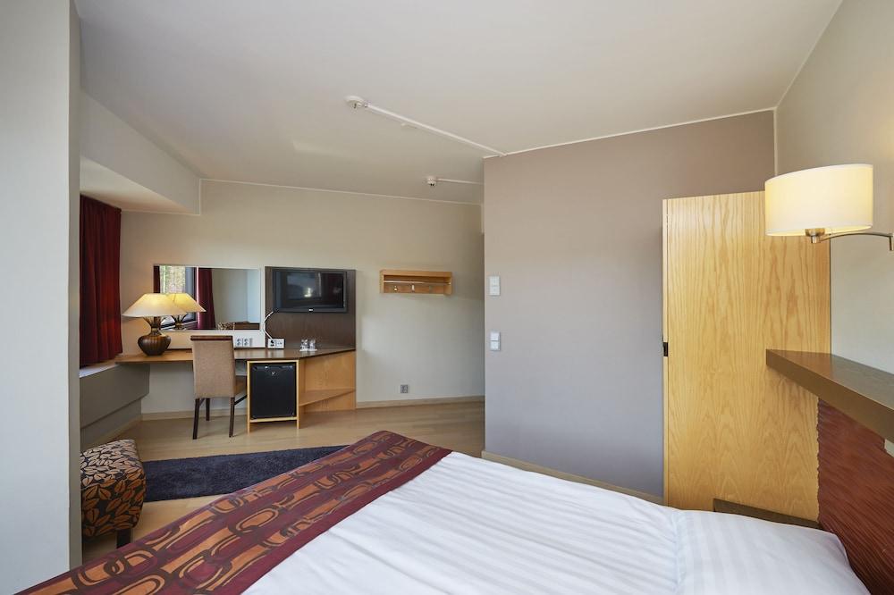 https://i.travelapi.com/hotels/1000000/80000/70500/70499/c6b51540_z.jpg