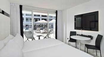 Premium Tek Büyük Yataklı Oda, Teras, Havuz Kenarı