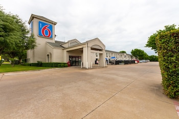Exterior at Motel 6 Dallas Northeast in Dallas