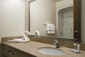 Travelodge by Wyndham Timmins - Bathroom  - #0