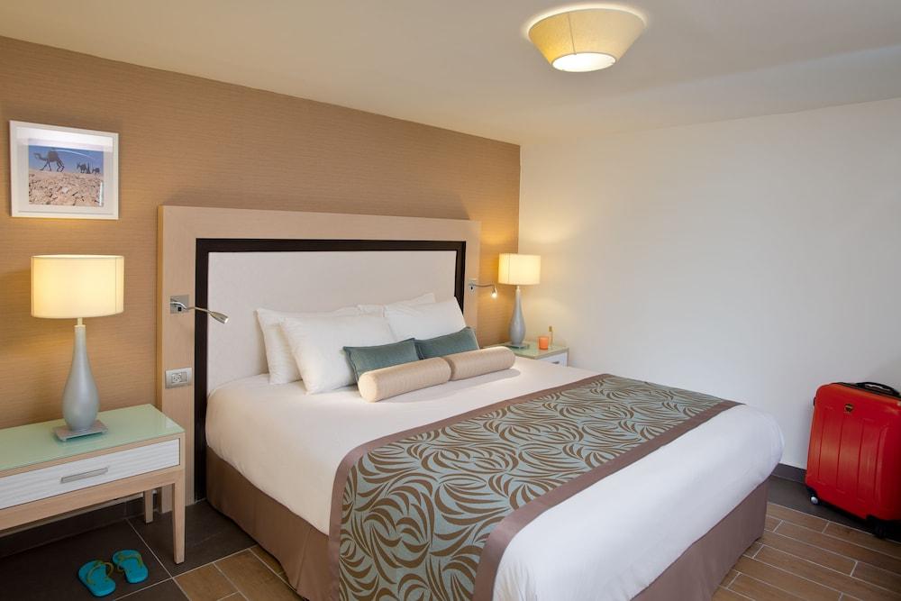 https://i.travelapi.com/hotels/1000000/80000/77300/77235/ddc0fe08_z.jpg