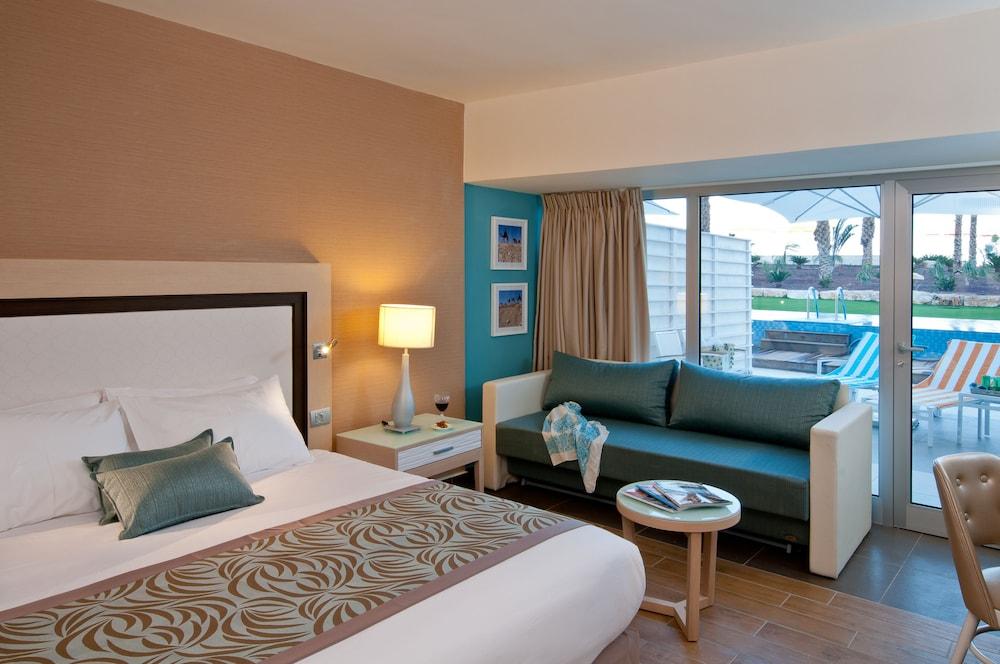 https://i.travelapi.com/hotels/1000000/80000/77300/77235/e56528ab_z.jpg