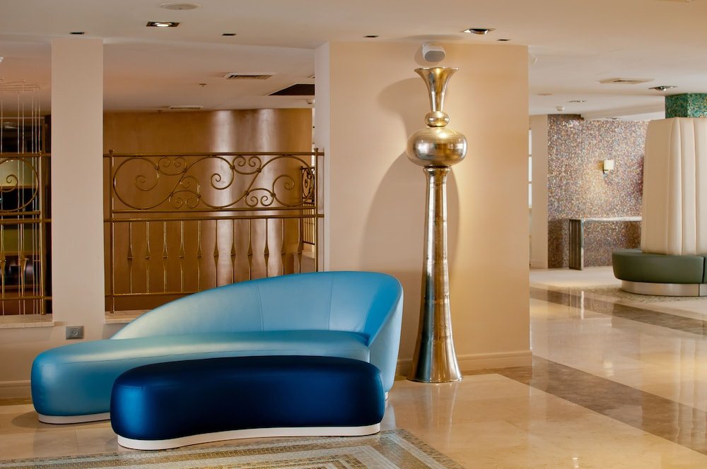 https://i.travelapi.com/hotels/1000000/80000/77300/77235/edb24d25_z.jpg