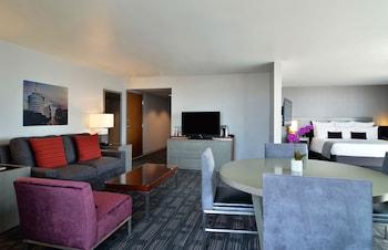Suite, 1 King Bed, Corner (Corner Suite)