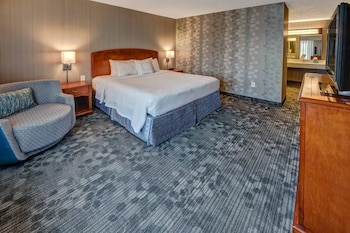 Guestroom at Courtyard by Marriott Springfield in Springfield
