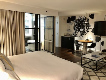 Studio Suite, 1 King Bed with Sofa bed (Art, Spa Tub)