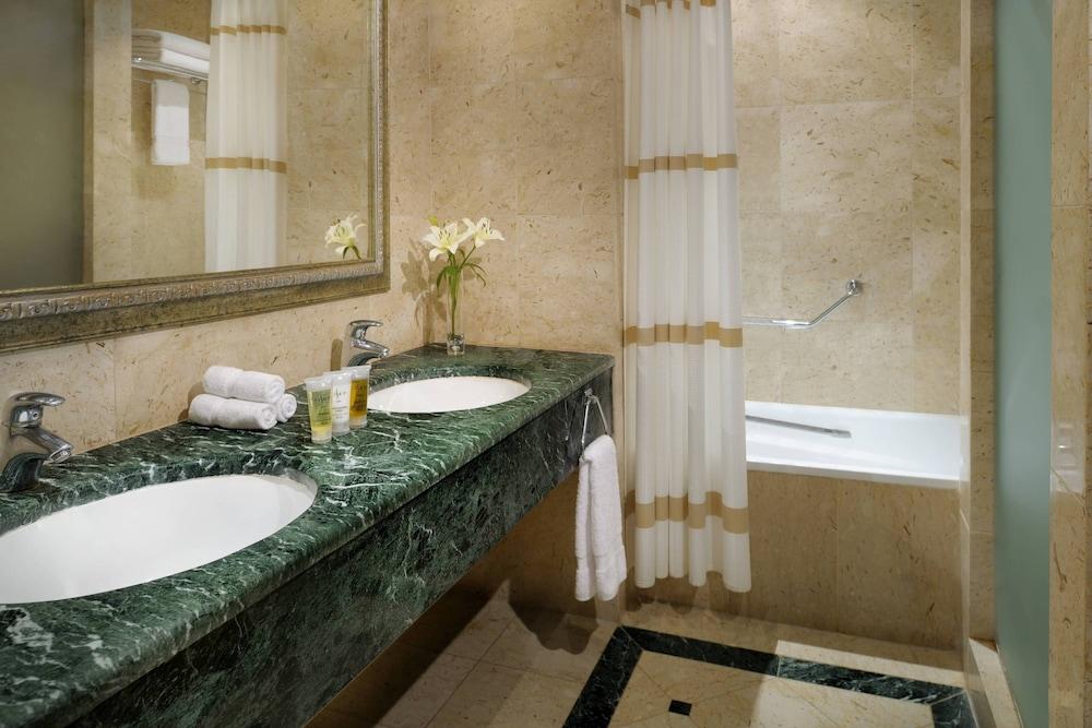https://i.travelapi.com/hotels/1000000/800000/797200/797196/7409be7b_z.jpg