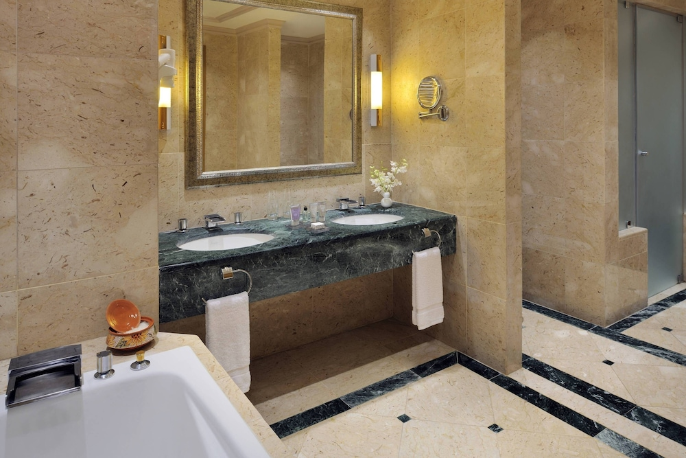 https://i.travelapi.com/hotels/1000000/800000/797200/797196/913cced6_z.jpg