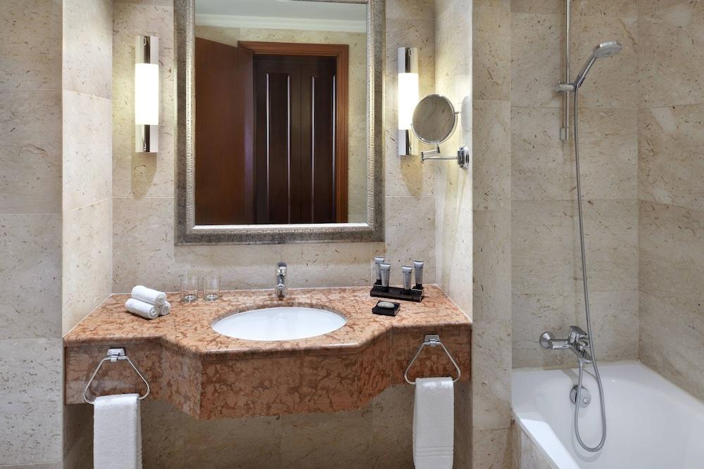 https://i.travelapi.com/hotels/1000000/800000/797200/797196/a4025ac9_z.jpg