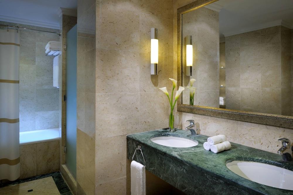 https://i.travelapi.com/hotels/1000000/800000/797200/797196/a6a6adfd_z.jpg
