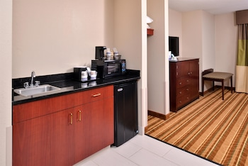 Suite, 1 Queen Bed with Sofa bed, Non Smoking, Refrigerator & Microwave (with Sofabed)