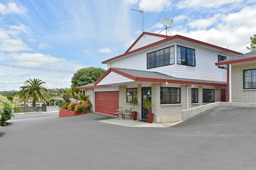 . Bk's Pohutukawa Lodge