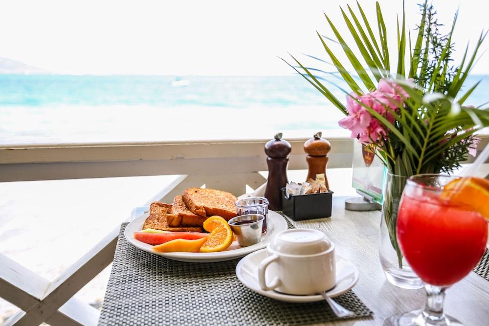 https://i.travelapi.com/hotels/1000000/810000/803300/803227/fc05f132_z.jpg