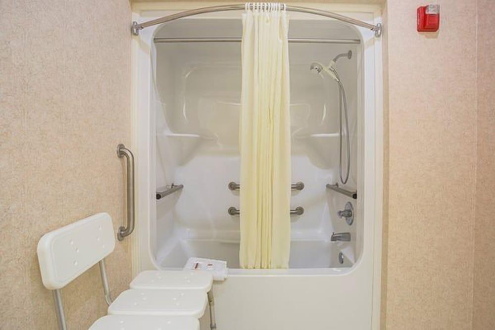 페어브리지 인 익스프레스 휘틀리 시티(FairBridge Inn Express Whitley City) Hotel Image 13 - Bathroom Shower