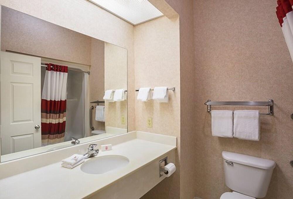 페어브리지 인 익스프레스 휘틀리 시티(FairBridge Inn Express Whitley City) Hotel Image 12 - Bathroom