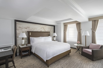 Deluxe Room, 1 King Bed (Guest room)