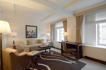 Suite, 1 Bedroom, Non Smoking, View (Avenue View 1 King with Sofa bed)