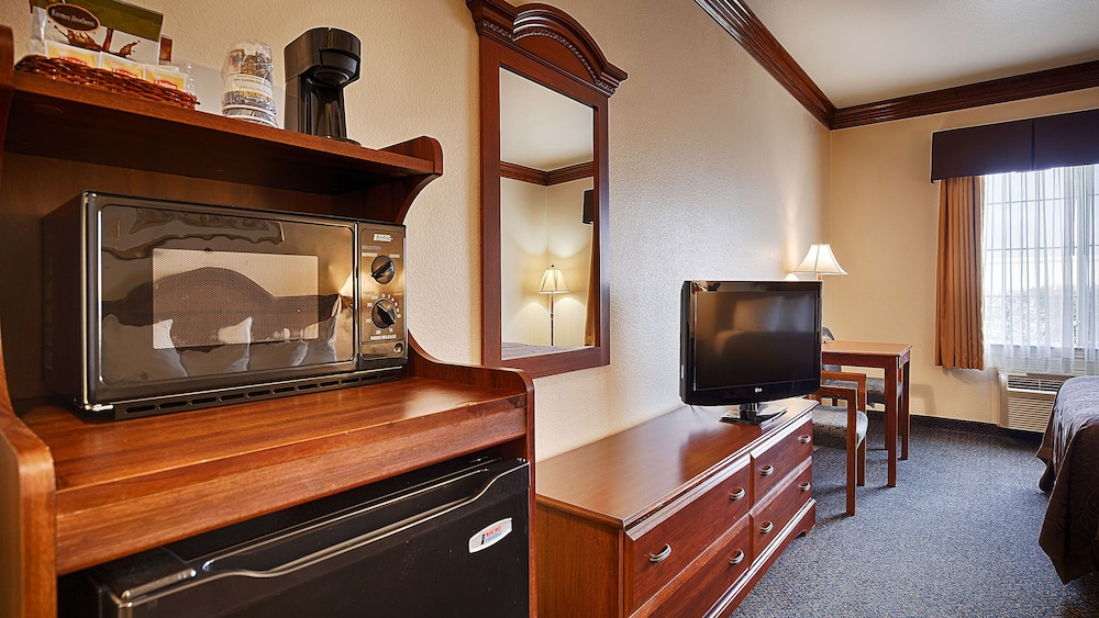 Suite : Business Suite, 2 Queen Beds, Non Smoking, Refrigerator & Microwave 16 of 92