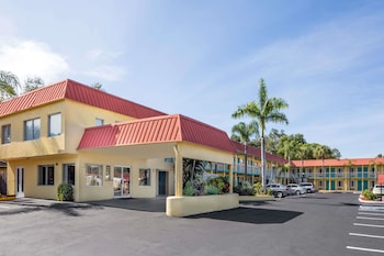 Hotel - Super 8 by Wyndham Sarasota Near Siesta Key