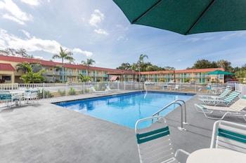 薩拉索塔近西埃斯特基溫德姆速 8 飯店 Super 8 by Wyndham Sarasota Near Siesta Key