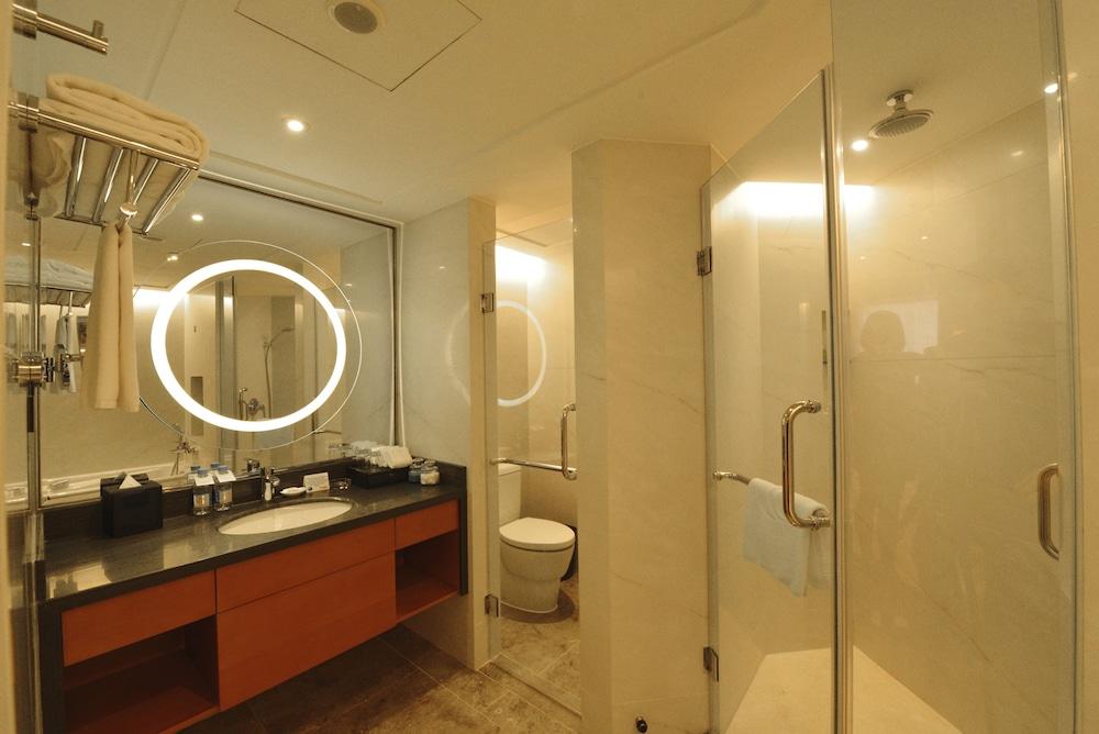 라마다 플라자 푸동(Ramada Plaza Pudong) Hotel Image 18 - Bathroom