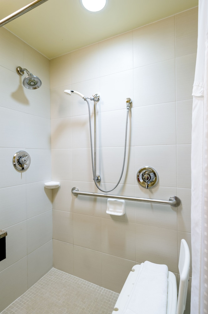 홀리데이 인 익스프레스 프레이저 - 멜번(Holiday Inn Express Frazer - Malvern) Hotel Thumbnail Image 14 - Bathroom Shower