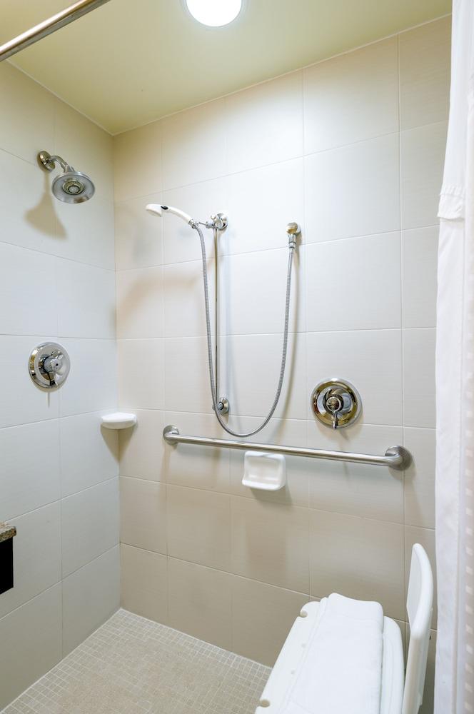 홀리데이 인 익스프레스 프레이저 - 멜번(Holiday Inn Express Frazer - Malvern) Hotel Image 14 - Bathroom Shower