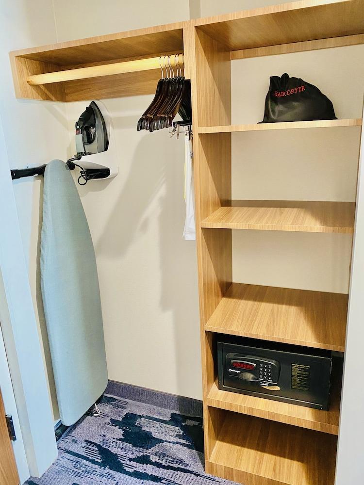 Iron/Ironing Board