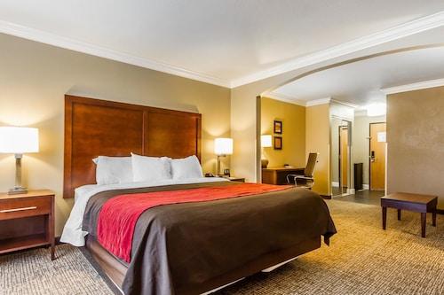 . Comfort Inn & Suites Redwood Country