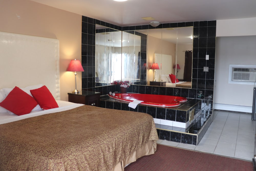 Deluxe Room, 1 King Bed, Jetted Tub, Pool View