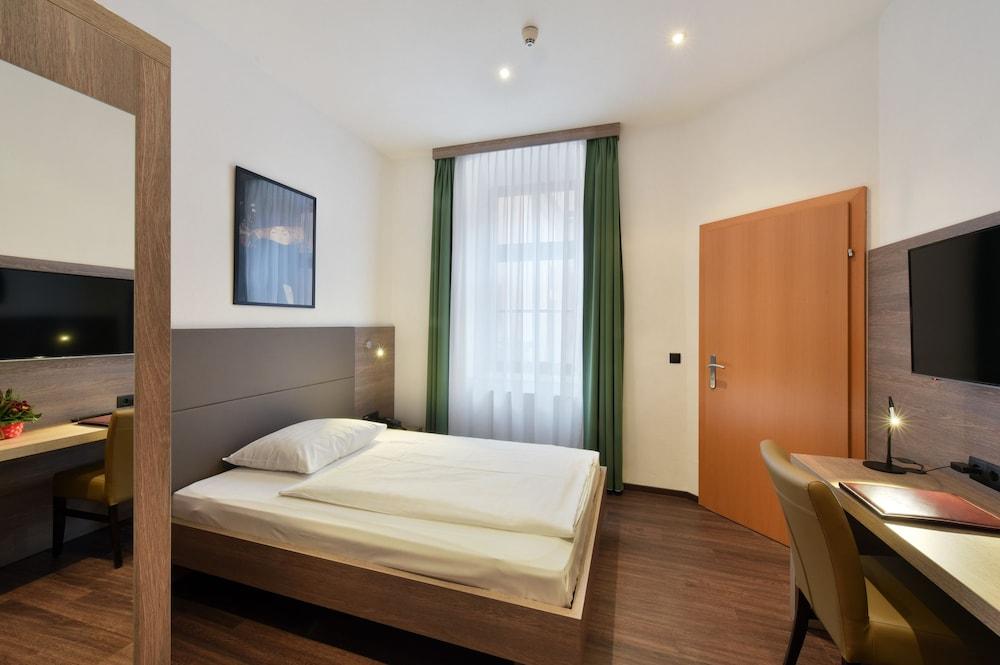 Lucia Hotel