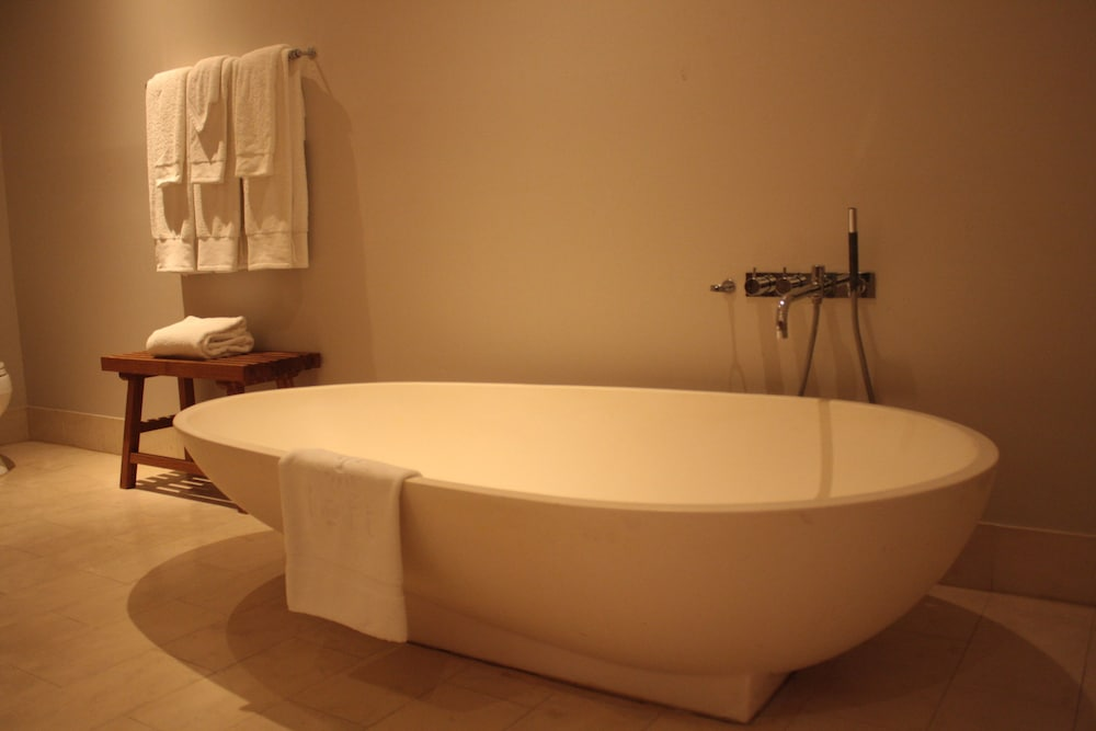 Deep Soaking Bathtub