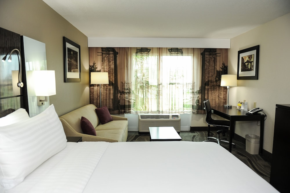 https://i.travelapi.com/hotels/1000000/880000/871300/871240/fd4f652a_z.jpg