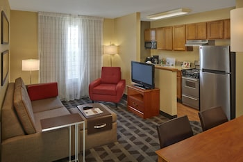 Guestroom at TownePlace Suites by Marriott Orlando East/UCF Area in Orlando