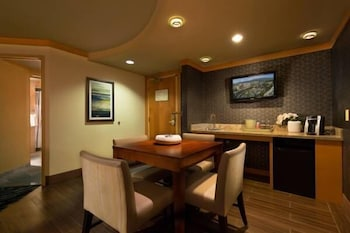 Casino Tower Premium One-Bedroom Suite Queens Mountain