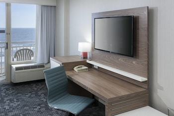 Guestroom at Courtyard Virginia Beach Oceanfront/North 37th Street in Virginia Beach