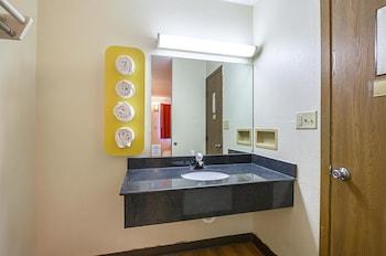 Motel 6 Dubuque - Bathroom  - #0