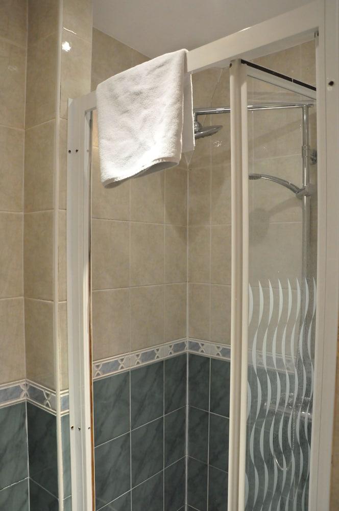 피콜리노 하이드 파크 호텔(Piccolino Hyde Park Hotel) Hotel Image 37 - Bathroom Shower