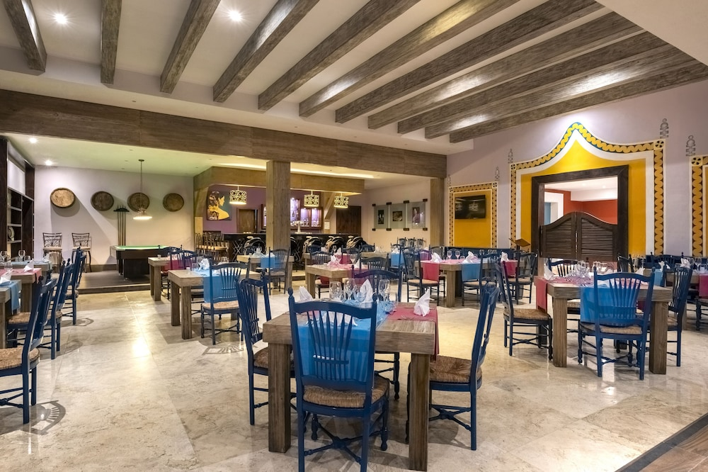 https://i.travelapi.com/hotels/1000000/890000/889900/889873/43aae7f8_z.jpg